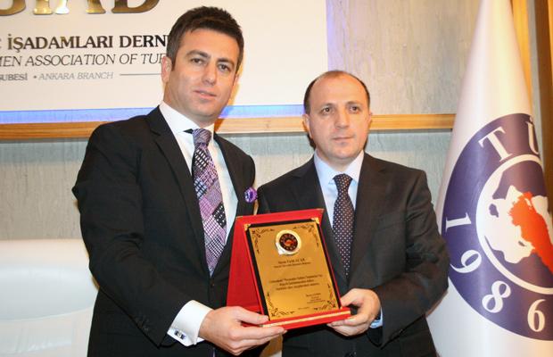 TÜGİAD Ankara Başkanı Barış Aydın, SGK Başkanı Fatih Acar'a plaket takdim etti.